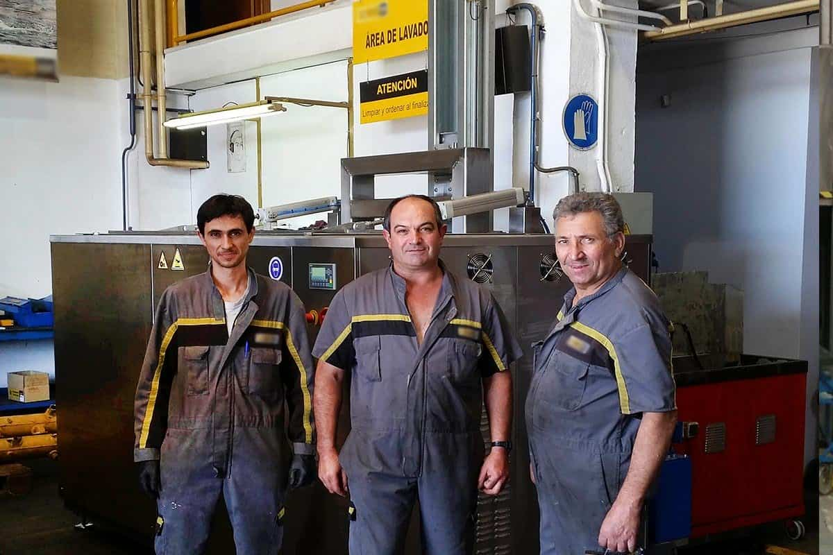 Marine maintenance workshop with BRIO ultrasonic cleaning machine and technicians. 2000 l machine capacity.