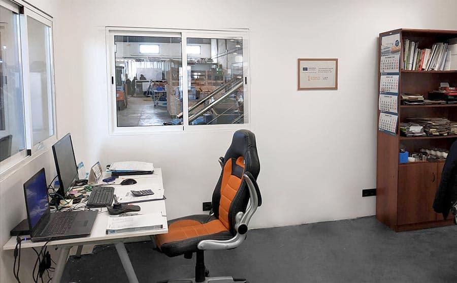 Oficinas de AJ Tecno con cuadro representativo de la ayuda del IVACE y FEDER